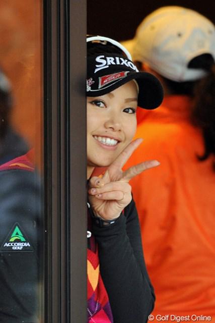 2012年 国内女子ファイナルQT 最終日 青山加織 初日の出遅れから立ち直って見事9位通過を決めた青山加織。アテストを終えてVサイン!