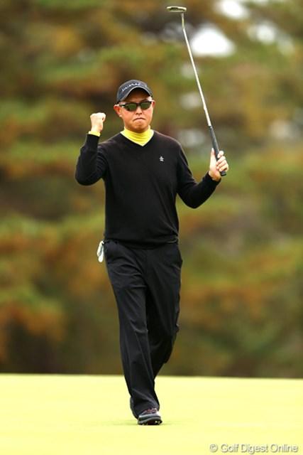 2012年 ゴルフ日本シリーズJTカップ 2日目 谷口徹 2番でバーディを決め明日以降の勢いを感じさせるガッツポーズ
