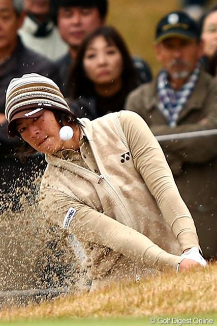 2012年 ゴルフ日本シリーズJTカップ 2日目 石川遼 18番セカンド、ピンそばにピタリと寄せる見事なバンカーショット