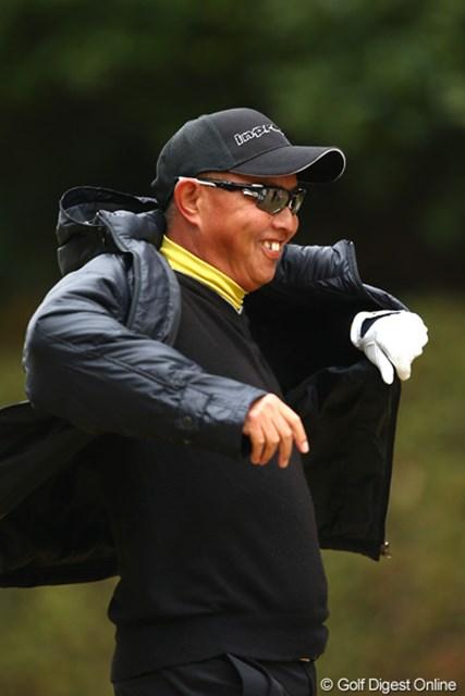 2012年 ゴルフ日本シリーズJTカップ 2日目 谷口徹 コートを羽織って寒さを凌ぐほどの寒い1日。それにしても今日1日笑顔が多かったです