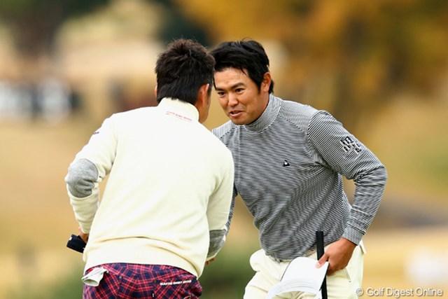 ホールアウト直後、藤田と握手を交わす武藤。伸び悩んだ2日目にガックリ。