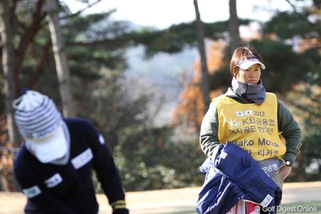 貫禄あるキャディっぷりの福田裕子プロ。この安心感は大きいと思います。