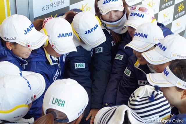 2012年 日韓女子プロゴルフ対抗戦 初日 日本チーム 初日のスタート前、茂木宏美キャプテンを中心に円陣を組んで気合いを入れる日本チーム!