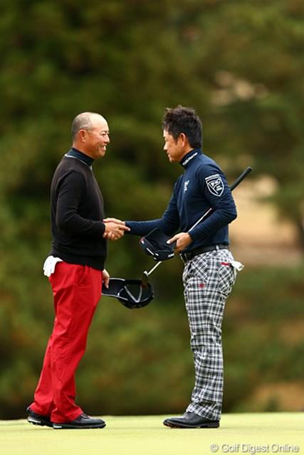今年も最終戦を引っ張った2人。谷口徹と藤田寛之は健闘を讃えあった。