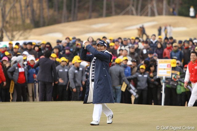 """2012年 日韓女子プロゴルフ対抗戦 最終日 成田美寿々 最終18番で、9番に続いてこの日2つめのイーグルを奪った成田美寿々。""""持ってる""""プレーでした。"""