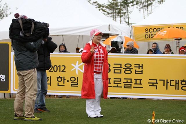 2012年 日韓女子プロゴルフ対抗戦 最終日 申智愛 スタート前、ギャラリーを前に臨時撮影会を開く申智愛。こういうところが本当にすごい。ティショットを打つときにシャッターを切るギャラリーはいなくなります。