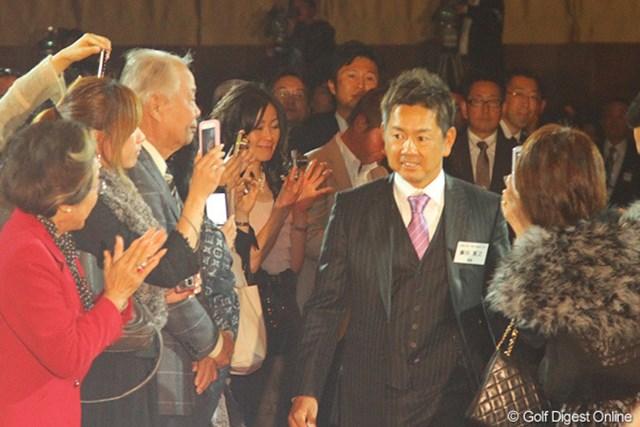 多くのファンも詰めかけた表彰式でレッドカーペットを歩いて壇上へ向かう藤田寛之