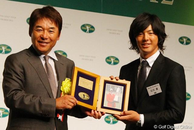 ツアー10勝目の最年少記録を塗り替えた石川遼は尾崎直道から特別賞を授与