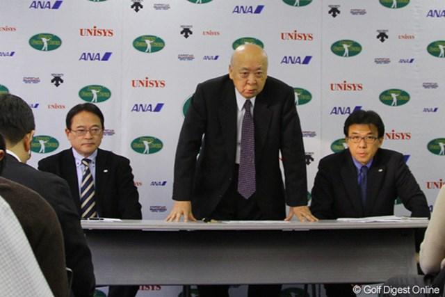 「試合数を増やすことは出来ませんでしたが、来年もよろしくお願いします」と挨拶をする海老沢勝二JGTO会長(中央)
