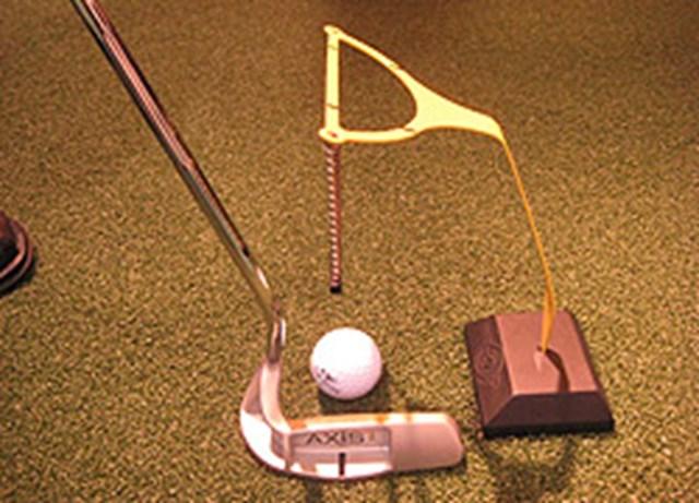マーク金井が購入したのは、ボールの真上に目をセットするためのパッティング練習器具。