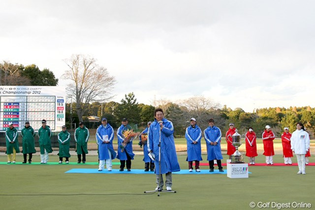 優勝したPGAチームを代表してギャラリーに挨拶をした尾崎直道