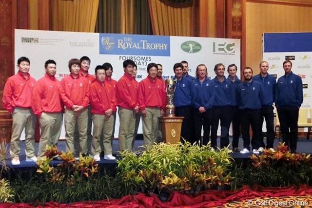 2012年 ザ・ロイヤルトロフィ 事前情報 集合写真 ロイヤルトロフィを前にしてアジア、欧州両チームが集合。