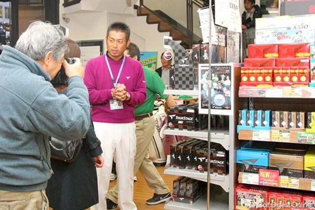 池田勇太がゴルフ用品店を訪問し、一般客へアドバイス。中にはアイアンセットを購入した方も!