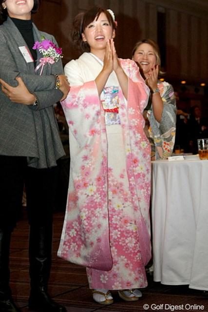公の場では成人式以来という振袖姿で表彰式に登場した有村智恵