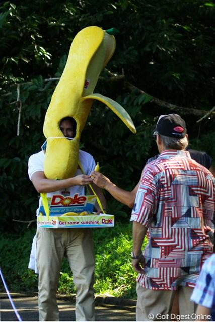 2012年 ザ・ロイヤルトロフィ 初日 バナナ男 ギャラリーにバナナを配る男。暑そう。