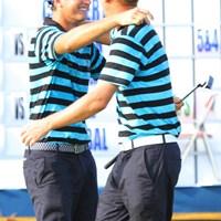 勝ち点1をもたらし、抱き合う欧州のイケメンコンビ 2012年 ザ・ロイヤルトロフィ 初日 ニコラス・コルサート&マルセル・シーム