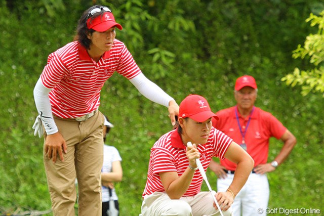 前半の劣勢を跳ね返し、W杯優勝ペアから逆転勝利を飾った石川遼と藤本佳則。