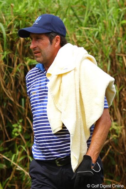 2012年 ザ・ロイヤルトロフィ 2日目 ホセ・マリア・オラサバル バスタオルですよ。それ。暑いけど。