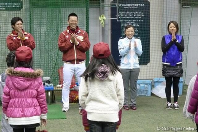 楽天の嶋捕手、辛島投手とともに笑顔でゲームを楽しんだ。