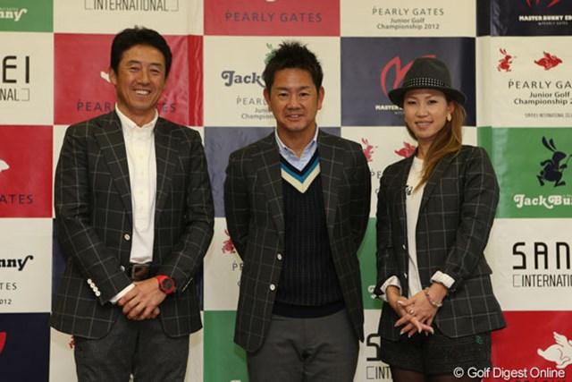 決勝ラウンドの表彰式に登壇した3選手。ジュニアゴルファーにエールを送った