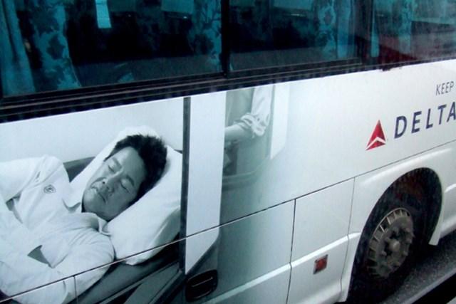 契約を結ぶデルタ航空の広告。リムジンバスの側面にデカデカと藤田寛之が登場