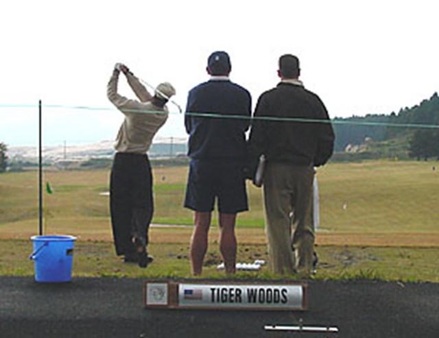 2001年 WGC EMCワールドカップ 練習日1日目 レンジでフォームと弾道のチェックを行うT.ウッズ