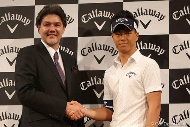 がっちり握手する石川遼とキャロウェイゴルフのアレックス・ボーズマン社長