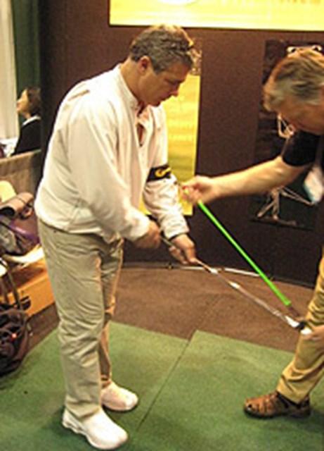 左ひじとクラブを細いゴムチューブで結ぶ器具を発見。テークバックでヘッドがインサイドに入るのを自然に矯正できる。