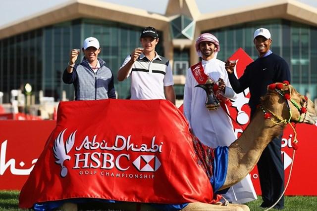 2013年 アブダビHSBCゴルフ選手権 事前 ロリー・マキロイ、ジャスティン・ローズ、タイガー・ウッズ 記念撮影に応じるマキロイ、タイガー、ローズ。戦いを前に、会場は一時の和やかな空気に包まれている(Getty Images)