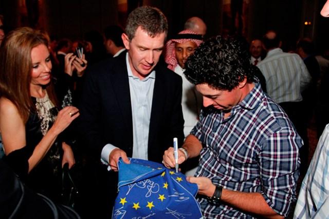 2013年 アブダビHSBCゴルフ選手権 ロリー・マキロイ この気安さも人気の秘密。ゲストの求めに快くサインをするロリー・マキロイ