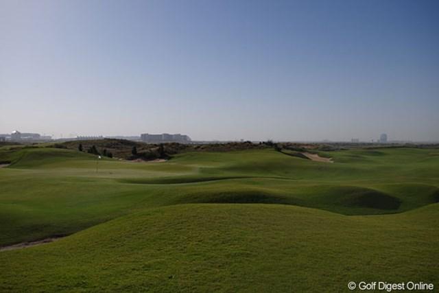 2013年 アブダビHSBCゴルフ選手権 ヤス・リンクス 絶好の天気の下でリンクスコースを体験できるのがヤス・リンクスだ