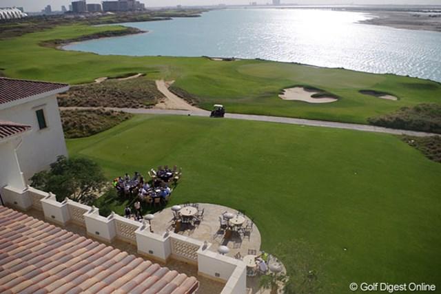 2013年 アブダビHSBCゴルフ選手権 ヤス・リンクス 18番グリーン脇のクラブハウステラスでは、のんびりとお茶や食事を楽しめる