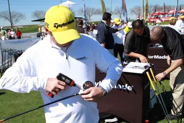 ギアニュース 2013年 PGAマーチャンダイスショー デモデー テーラーメイドのドライバーをフィッティング中