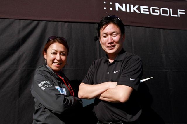 ナイキのアスリートらしさを表現した決めのポーズ。右:ロック石井氏、左:GDO編集長 向井康子