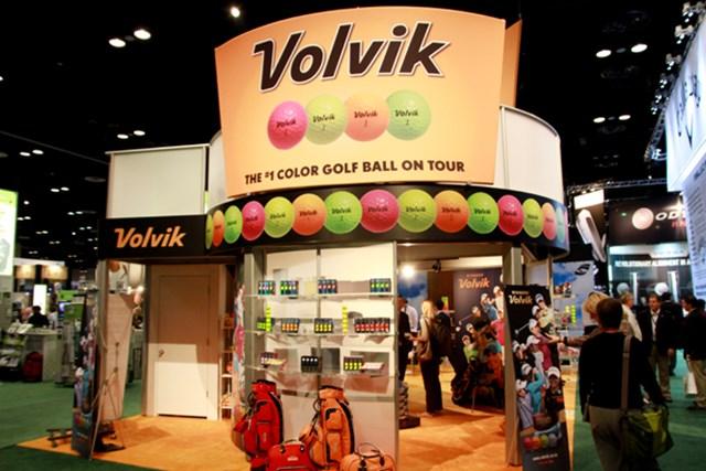 韓国発のボールメーカー「ボルビック」。日本でのシェアはまだ小さいが、アメリカではLPGAをベースに知名度を高めており、今年はLPGAの2部ツアーの試合を開催する。日本でも今年から販売開始。カラーボールで有名