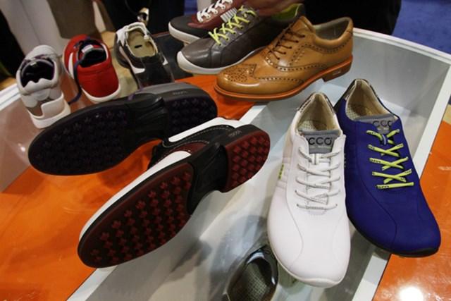 ECCO。マックが履くクラシックスタイル『ツアーハイブリッド(茶色)』やエッジーなデザインの『バイオムゼロ(右前)』などバリエーションが増加。バイオムゼロは今春以降に発売