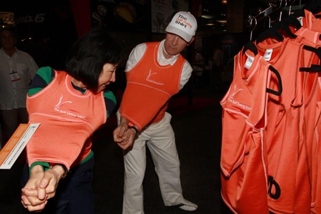 ゴルフスイングシャツ=両腕を固定してスイングできるシャツ。パドレイグ・ハリントンが考案し自ら使用している。1着$70。ちょっと見かけは苦しそうだが・・・