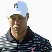 2011年大会のT.ウッズ。スタンフォード大学の「S」のロゴの入ったシャツを着用してプレーしていた。(Donald Miralle/Getty Images) 2011年 ファーマーズ・インシュランスオープン タイガー・ウッズ