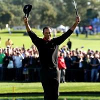 18番グリーンで両腕を高々と掲げる姿は、常勝を誇っていた当時を彷彿とさせた(Stephen Dunn /Getty Images) 2013年 ファーマーズ・インシュランスオープン 予備日(最終日) タイガー・ウッズ