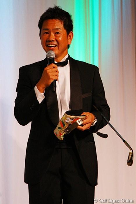 タイトリストからボーケイ、キャメロンのオリジナルウェッジとパターを受け取りご満悦な藤田寛之 藤田寛之2012年度賞金王獲得祝賀会