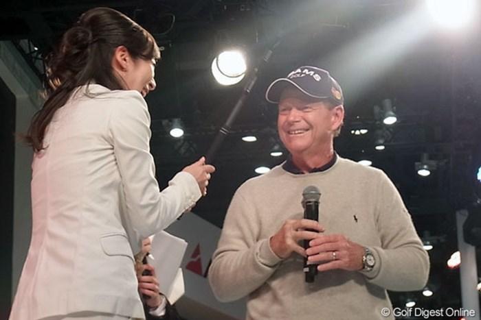 大歓声とフラッシュに包まれる中登場したトム・ワトソン。日本でもその人気は絶大だ。 2013年 ジャパンゴルフフェア トム・ワトソン