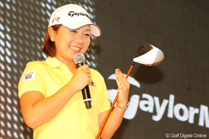 ドライバーのヘッドにオレンジ色が入っているのが嬉しいと話す宮里美香 2013年 ジャパンゴルフフェア 宮里美香