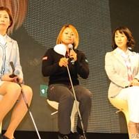 グローレのニュードライバーだとアドレスが決まりやすいと話す馬場ゆかり 2013年 ジャパンゴルフフェア 村口史子、馬場ゆかり、東尾理子