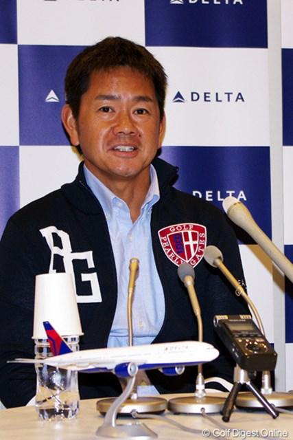 成田空港で出国会見に出席した藤田寛之。