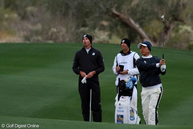 2010年の米ツアー賞金王M.クーチャーと対戦の藤田寛之。土俵際で2日目の再開を待つ。