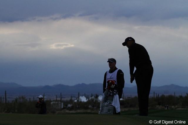 日が傾き、寒さと暗さがプレーを困難にした