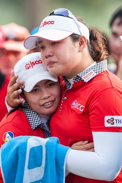 2013年 ホンダLPGAタイランド 最終日 モリヤ・ジュタヌガン アリヤ・ジュタヌガン 悲劇の主人公となったアリヤ(右)。姉のモリヤと抱き合った瞬間、目から涙がこぼれ落ちた(Victor Fraile/Getty Images)