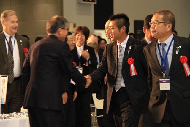 2013年 プレーヤーズラウンジ 池田勇太 言われてみれば、先の「ジャパンゴルフフェア2013」の開会式では、すでにすっかりイメチェンのシングルスーツだった!!