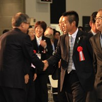 言われてみれば、先の「ジャパンゴルフフェア2013」の開会式では、すでにすっかりイメチェンのシングルスーツだった!! 2013年 プレーヤーズラウンジ 池田勇太