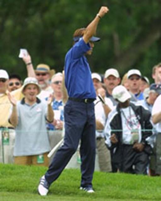 2003年 全米オープン 3日目 田中秀道 スタートの1番ホールで、ロングパットを決め、地元ファンの声援にガッツポーズで応える田中(BEYONDSHIP)
